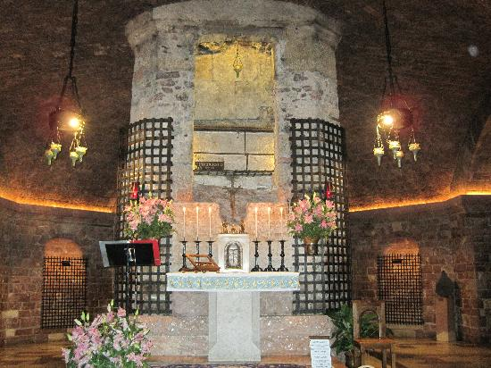 altar-tomb-of-st-francis lower level